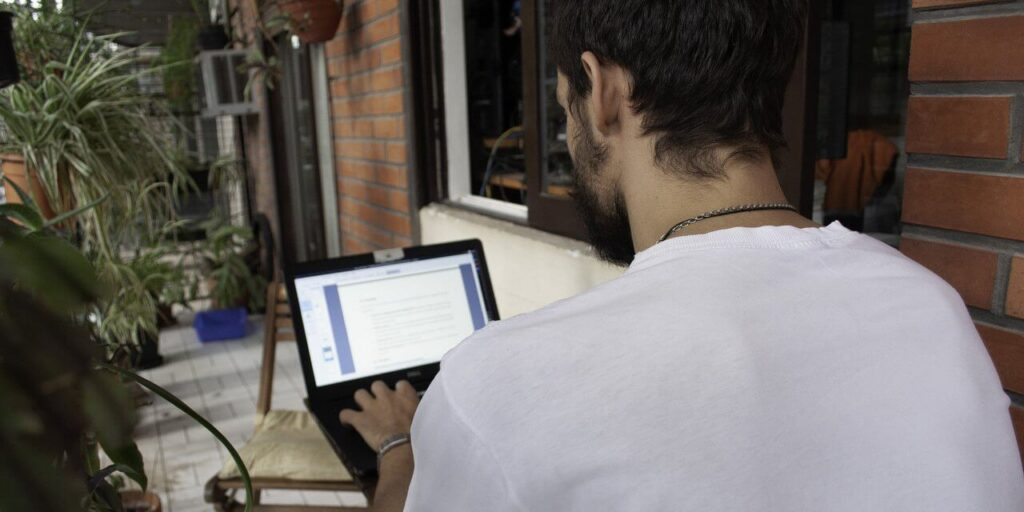 Laptopos munkasarok az erkélyen laptopakkumulátor